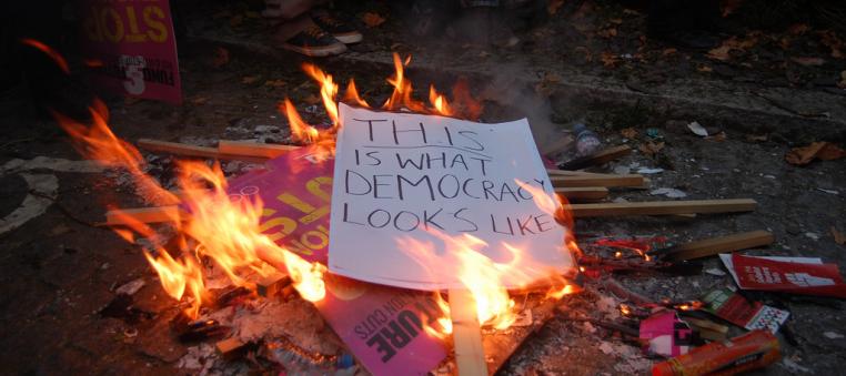 Dette-er-demokrati-Charlie-Owen
