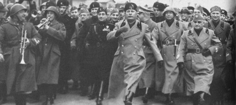 Mussolini-passo-romano-2